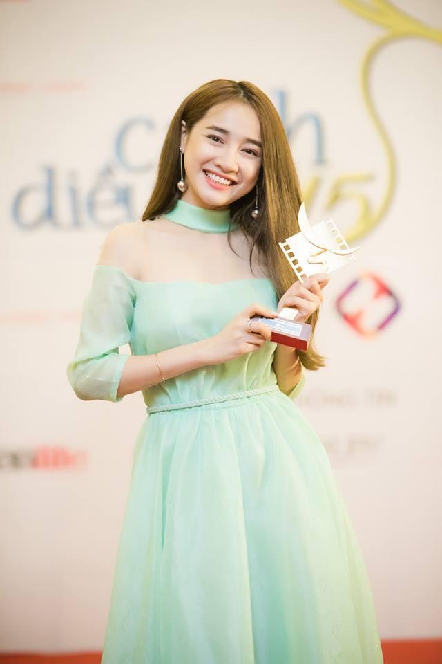 Nhã Phương tiếp tục đón nhận tin vui trong năm 2016 với giải thưởng Nữ diễn viên chính xuất sắc trong hạng mục Phim truyện truyền hình với vai Linh trong Tuổi thanh xuân. Nữ diễn viên trẻ đã lập tức thay ảnh đại diện, khoe nụ cười rạng rỡ cùng với chiếc cúp trên tay.