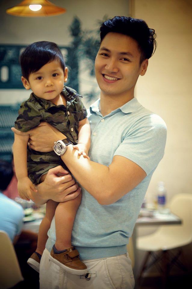 Diễn viên Mạnh Trường so vẻ đẹp trai với cậu con trai nhỏ đáng yêu.