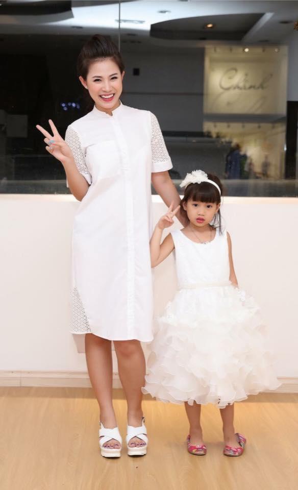 Hai mẹ con diễn viên Khuất Quỳnh Hoa diện váy đôi cùng tông trắng.