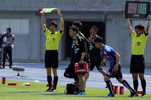 Khoảnh khắc Công Phượng ra sân lần đầu tiên tại J.League (Ảnh: J.League)