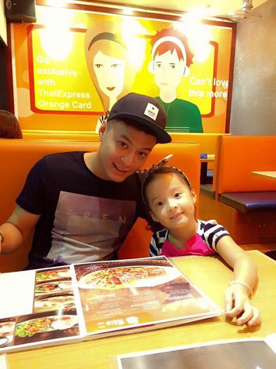 Những bức ảnh chia sẻ khoảnh khắc hai ba con bên nhau, những lúc đi ăn...