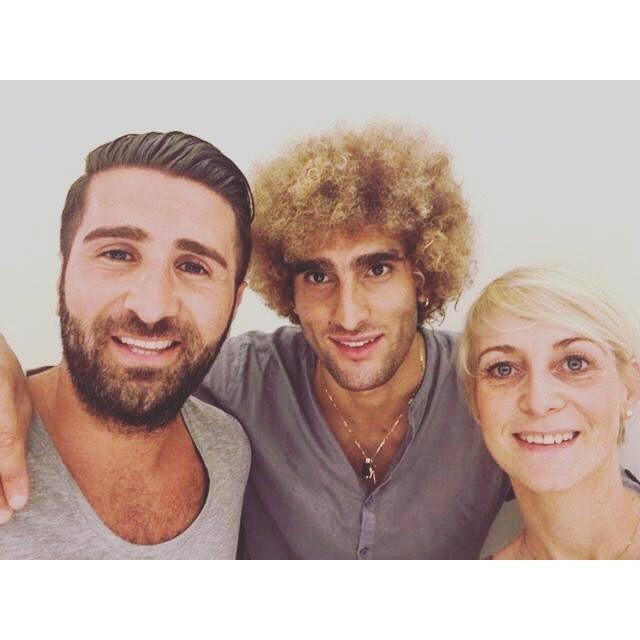 Trên Facebook, Fellaini gửi lời cám ơn tới 2 người thợ cắt tóc vì mái tóc vàng ấn tượng của mình