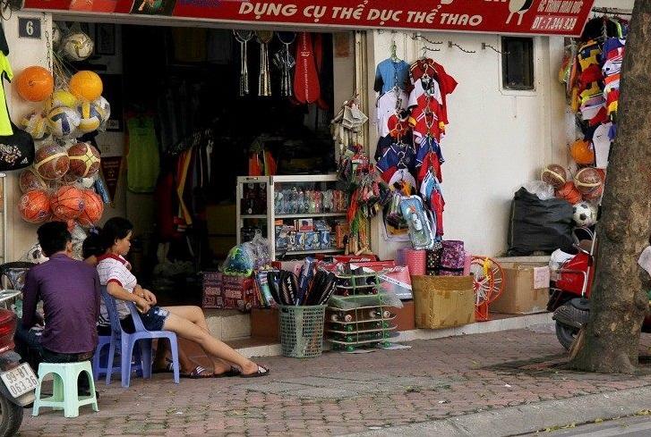 Dãy cửa hàng bán đồ thể thao trên phố Trịnh Hoài Đức cung cấp cho các fan bóng đá nhiều loại quần áo in hình EURO 2016 phục vụ các fan cổ vũ bóng đá mùa Hè này.