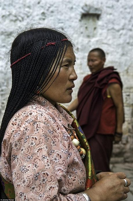 Chùa Đại Chiêu ở Tây Tạng, Trung Quốc. Mỗi năm có hàng ngàn người hành hương Tây Tạng tìm tới ngôi chùa này.