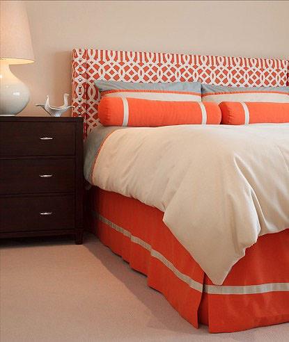 Giường ngủ với các lớp ga được gắn vào đầu giường.