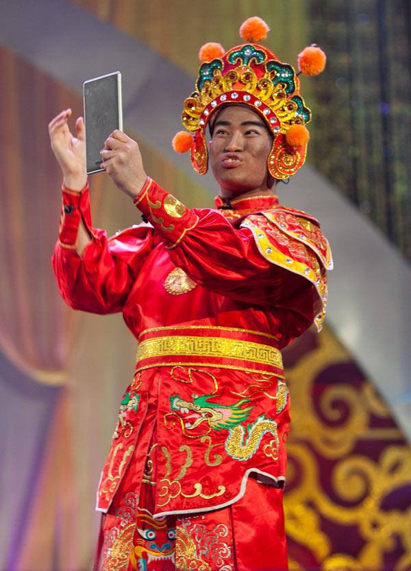 Ngay từ lần đầu tiên xuất hiện trên sân khấu Táo quân vào năm 2013, Minh Quân đã khiến khán giả truyền hình cười không dứt bởi tạo hình khó đỡ