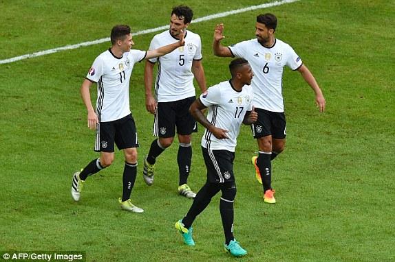 Các cầu thủ ĐT Đức ăn mừng bàn thắng thứ 3 của Draxler. Ảnh: UEFA