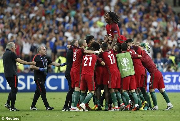 Niềm vui bất ngờ của đội bóng được đánh giá yếu hơn