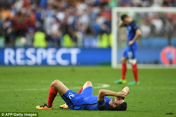 Ở bên kia chiến tuyến, các cầu thủ ĐT Pháp đổ gục trên sân
