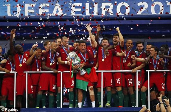Ronaldo và các cầu thủ Bồ Đào Nha ăn mừng với chức vô địch EURO lần đầu tiên trong lịch sử. Đây là phần thưởng xứng đáng với những nỗ lực của họ ở giải đấu này