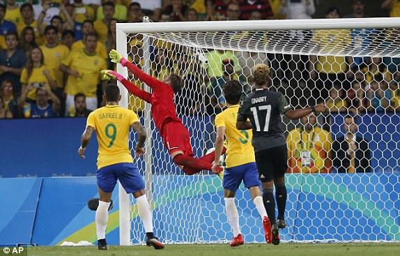 Pha sút phạt thành bàn của Neymar khiến thủ môn của ĐT Olympic Đức bó tay. Ảnh: AP