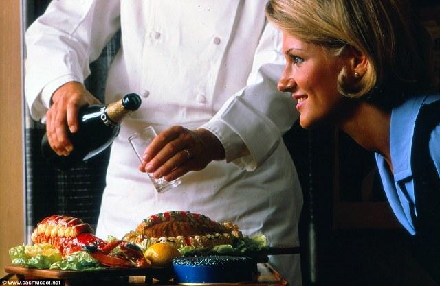 Bộ ảnh tiết lộ về đồ ăn siêu cao cáp trong các chuyến bay của Scandinavian Airlines những năm 1970, champagne uống tự do cùng tôm hùm và trứng cá muối