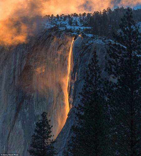 Khoảnh khắc có một không hai khi dòng thác Horsetail ở Vườn quốc gia Yosemite, Mỹ dội dòng nước đỏ như nham thạch xuống chân thác. Hiện tượng thác lửa Horsetail xuất hiện khi Mặt trời lặn ở một góc trùng với thác nước, ánh nắng chiều chiếu vào dòng nước khiến nó có màu đỏ rực hoặc màu cam.