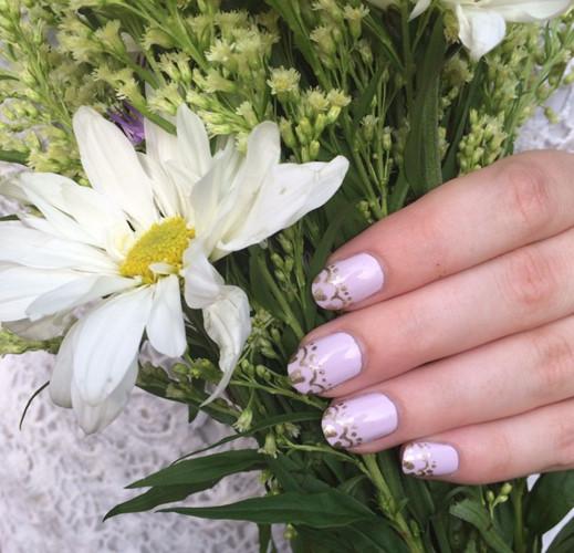 Thiết kế hoa văn màu sắc ánh kim sẽ đem lại hơi thở mới cho những mẫu móng tay kiểu Pháp quen thuộc.