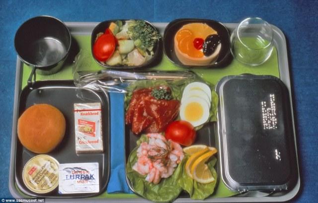 Trong những năm 1970, những người bay hạng phổ thông được phục vụ với tôm, cá hồi hun khói và trứng thái lát.