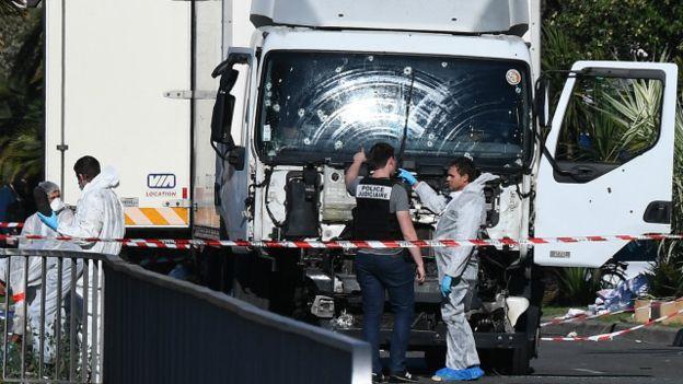 Chiếc xe tải với phần đầu xe dập nát và nhiều lỗ đạn. (Ảnh: Getty Images)