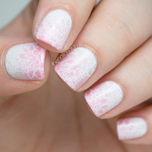 Nhạt hơn một chút và thêm nhiều họa tiết giúp cho bộ móng tay trắng – hồng trở nên sang trọng hơn. Để trở nên hoàn hảo, hãy mang theo một bó hoa sắc hồng trong suốt ngày lễ trọng đại này.