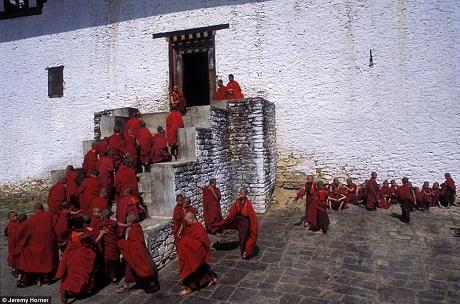 Những chú tiểu quay trở lại buổi học sau giờ nghỉ giải lao trong sân tu viện Semtokha ở gần thành phố Thimphu, Bhutan.