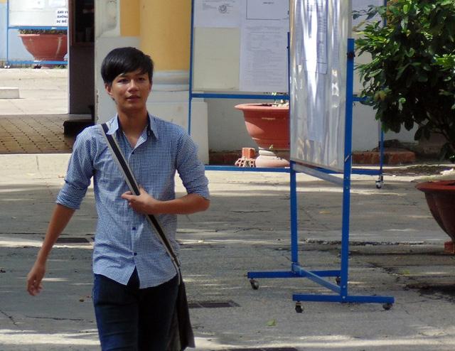 Thí sinh hoàn thành bài thi đầu tiên tại điểm thi trường ĐH Sài Gòn