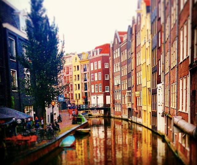 Những tòa nhà sắc màu xây hoàn toàn trên mặt nước đã trở thành một đặc trưng của Hà Lan