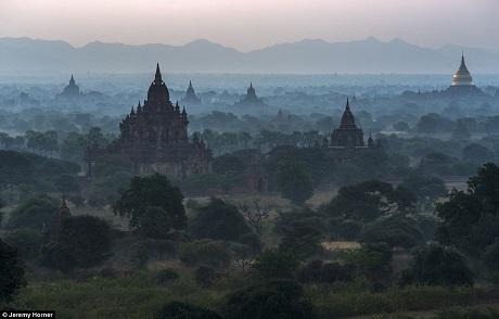Những ngôi chùa Phật giáo nhiều tầng tháp nằm ẩn hiện trong lớp sương mù ven sông Irawaddy, Bagan, Myanmar.