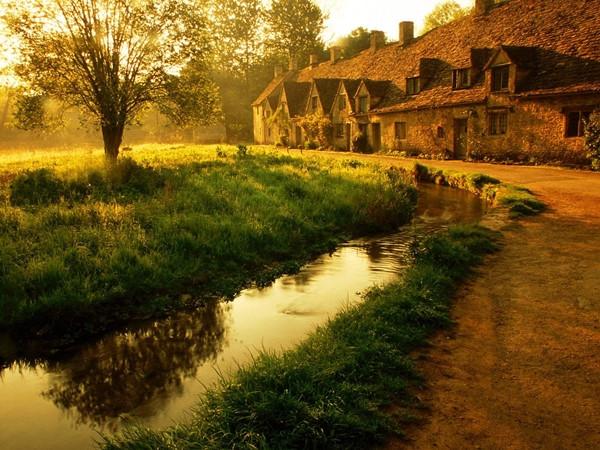 Ngôi làng này nổi tiếng với những căn nhà được xây bằng đá sa thạch cổ kính tồn tại suốt hàng trăm năm, mang đậm nét kiến trúc cổ kính.