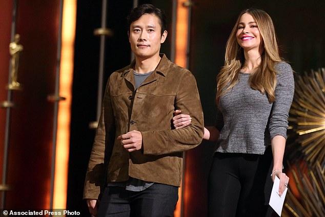 Cặp đôi tay trong tay bước xuống sân khấu