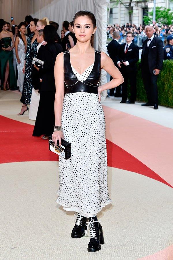 Trong khi Taylor Swift nổi bật thì Selena Gomez lại trở nên khá nhạt nhòa trong bộ váy khá đơn điệu cũng của Louis Vuitton.