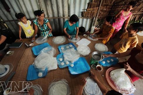 Công việc cán bánh đòi hỏi những đôi bàn tay khéo léo của các bà, các chị.