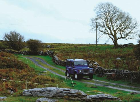 Burren, hạt Clare. Để có đất đai trồng cấy, chăn thả, người Ireland đã phải nhặt đá khỏi đất, xếp thành những bức tường nối tiếp nhau bất tận.