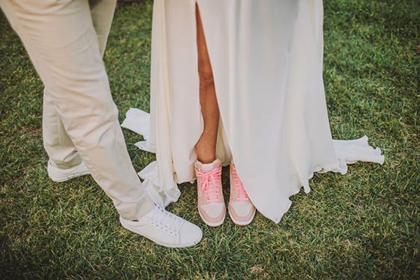 Ngày càng nhiều cô dâu chọn giày thể thao cho ngày cưới. Đôi giày khỏe khoắn, kết hợp cùng váy cưới mềm mại sẽ là điểm nhấn ấn tượng.