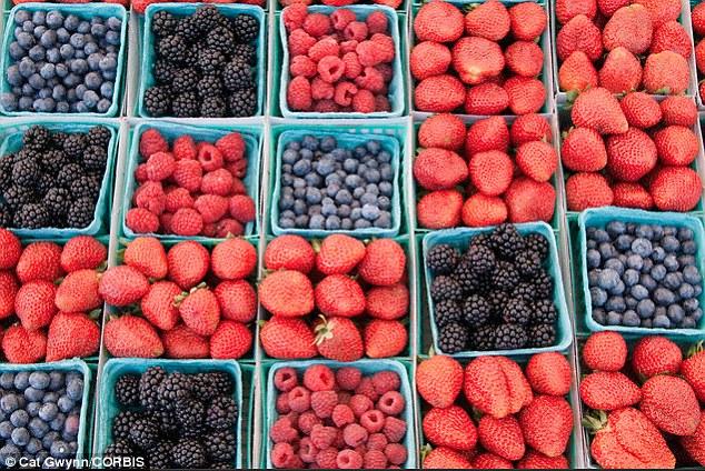 Trái mọng như quả việt quất, quả mâm xôi giàu vitamin C, dinh dưỡng thiết yếu cho sự hình thành collagen - chất giúp cấu tạo và đàn hồi da