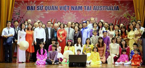 Đại sứ Lương Thanh Nghị chụp ảnh lưu niệm với các bà con Việt kiều