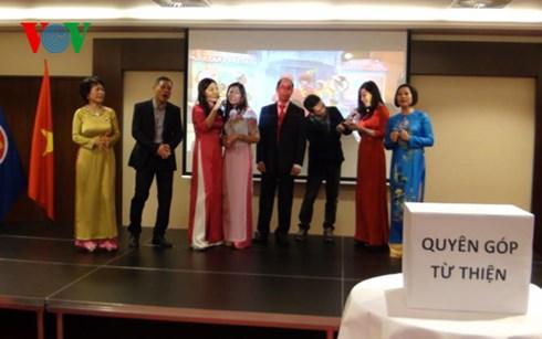 Toàn thể cán bộ, nhân viên Đại sứ quán và đông đảo bà con Việt kiều đã cùng thưởng thức một chương trình văn nghệ cây nhà lá vườn ý nghĩa.