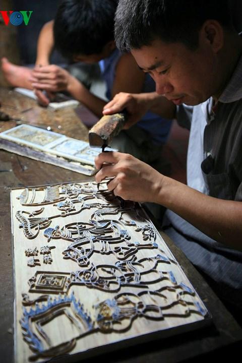 Ván tranh khắc âm bản Vinh Quy Bái Tổ  của dòng tranh Đông Hồ trên gỗ thị. (Ảnh: Lê Bích)