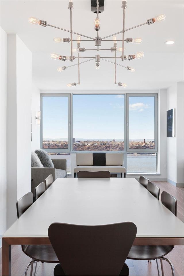 Tòa nhà có vị trí ở phía tây của Midtown Manhattan. Do vậy, gia chủ có thể ngắm nhìn toàn cảnh dòng sông Hudson và New Jersey từ phía căn bếp.
