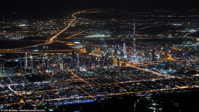 Hình ảnh Dubai về đêm với tòa tháp cao nhất thế giới Burj Khalifa có thể nhìn thấy rõ ở đường chân trời.