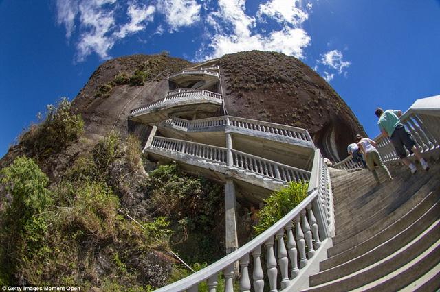 Toàn bộ cầu thang gồm 650 bậc với điểm cao nhất gần 200m