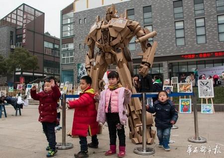 Trẻ em rất thích thú khi được chiêm ngưỡng và chụp ảnh chung cùng bức tượng cỡ lớn này