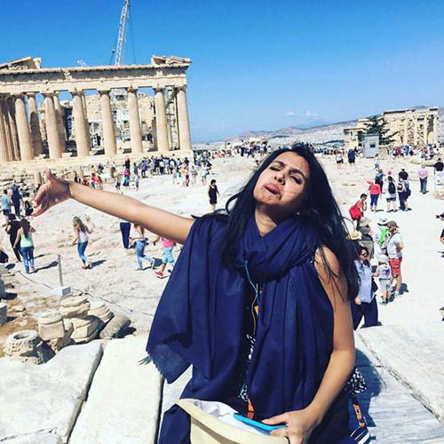 Cô dâu ban đầu quyết định hủy bỏ chuyến đi tới Hy Lạp dù đã đặt vé máy bay. Nhưng anh Arsalaan nói cô chuẩn bị hành lý để đi cùng bố mẹ chồng.