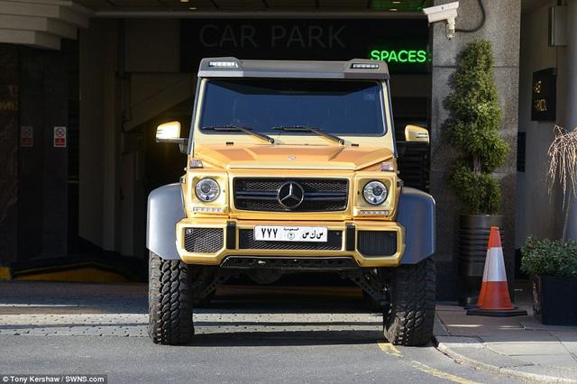 Chiếc Mercedes 6 bánh phù hợp với địa hình những cồn cát hơn là đường phố đông đúc của Kensington.