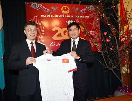 Trưởng đoàn futsal Việt Nam Trần Anh Tú (phải) tặng áo thi đấu của đội tuyển cho đại sứ Phạm Văn Phảo (ảnh: Quang Thắng)