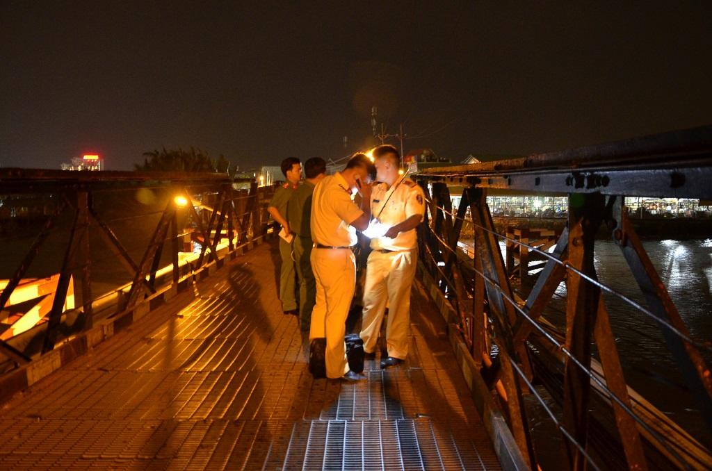 Lực lượng chức năng có mặt lập biên bản hiện trường, xử lý vụ việc