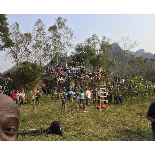 Nhiều người dân địa phương xem đoàn quay phim