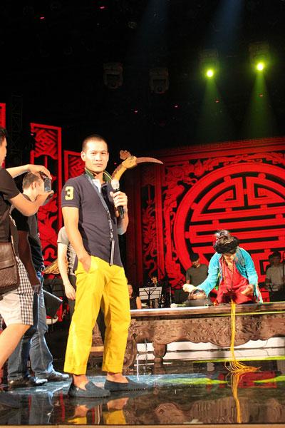 Đạo diễn Việt Tú chỉ đạo trên sân khấu Bài hát yêu thích