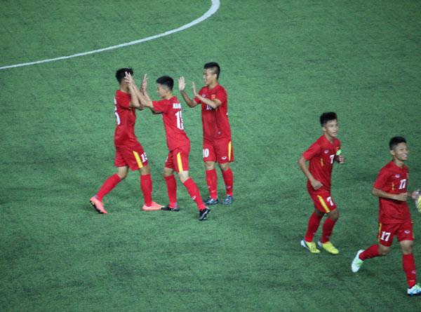 Các cầu thủ U16 Việt Nam ăn mừng sau tình huống ghi bàn