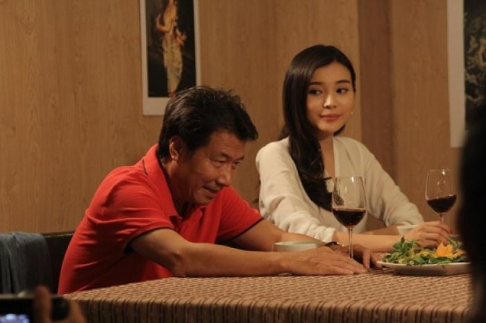 Nghệ sĩ Đức Sơn (vai ông Đồng) và Cao Thái Hà (vai Kim Oanh) trong Đồng tiền quỷ ám
