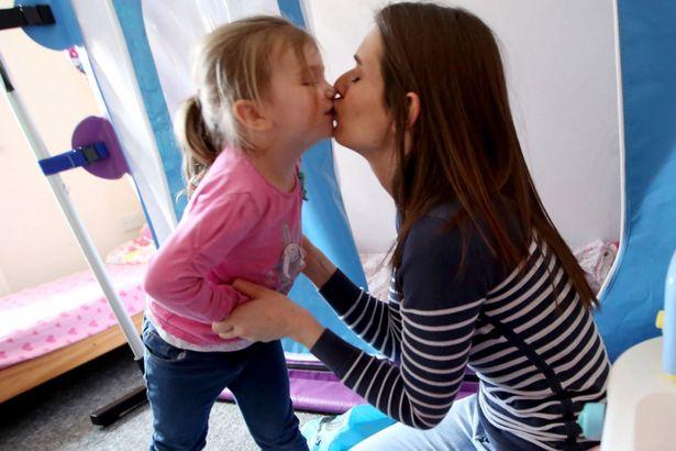 Từ lúc 1 tuổi bé Maddie đã mắc chứng bệnh hiếm gặp này.