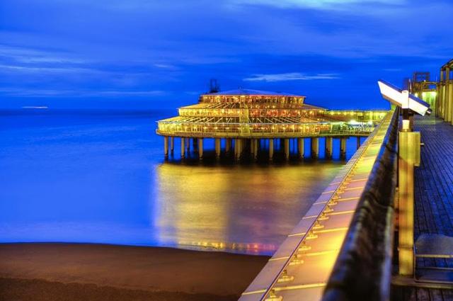 Một bến tàu vào ban đêm trong mùa hè là nơi tuyệt vời để tận hưởng không khí biển mát rượi