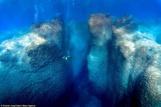 Hai thợ lặn trở nên nhỏ bé và lọt thỏm trong một hang động ở Thổ Nhĩ Kỳ.